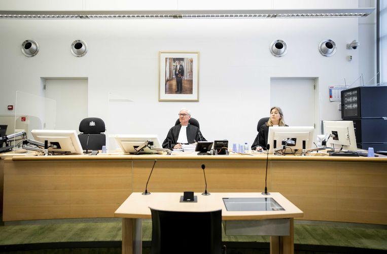 Rechter Geerdes (links) voor aanvang van de rechtszaak tussen EssilorLuxottica en GrandVision. Beeld ANP