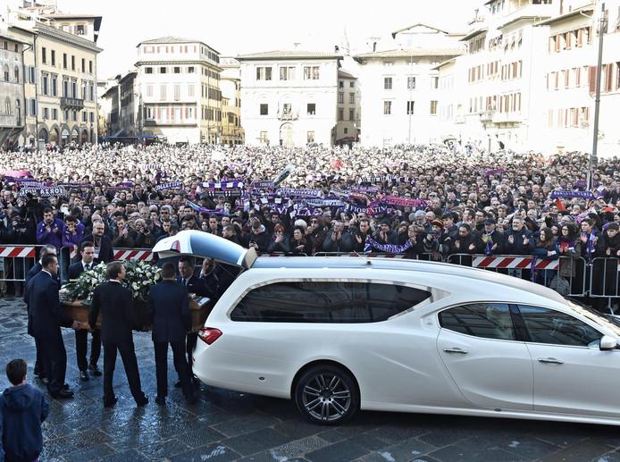 Duizenden fans staan op het centrale plein voor de Santa Croce Basilisk.