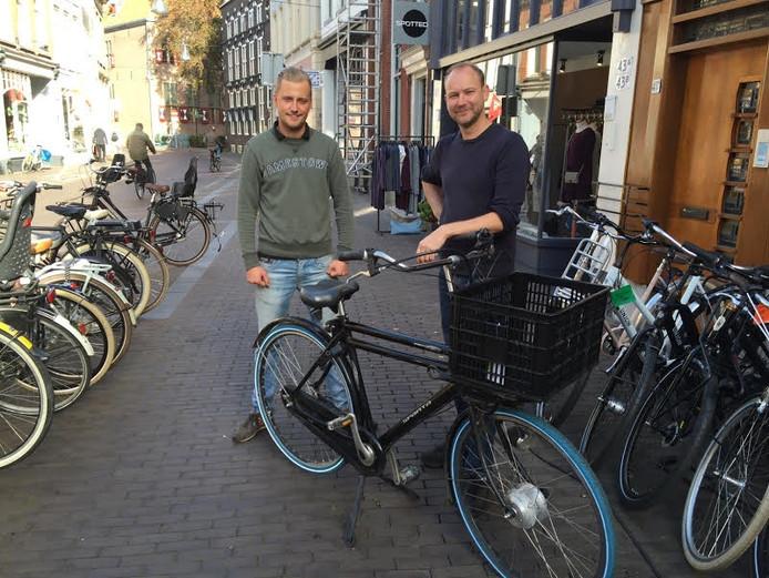 De twee medewerkers Marcel en Niek van de Zwolse fietswinkel met de betreffende fiets.
