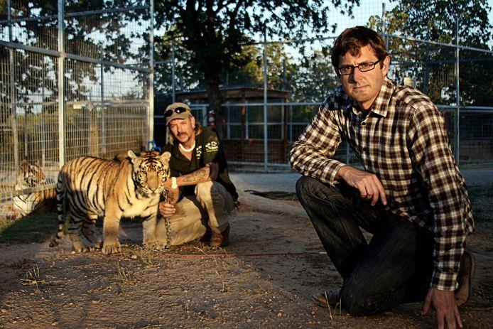 """Louis Theroux, un réalisateur anglo-américain, en 2011 avec """"Joe Exotic"""" dans son zoo en Oklahoma."""