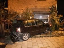 Man botst met auto tegen woning in Velp, veel schade
