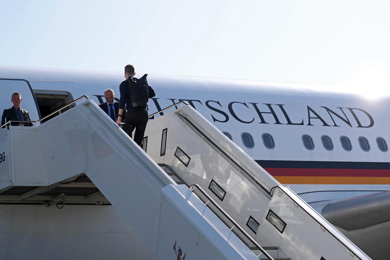 Duitse journalisten gaan aan boord van de Airbus A340 van de luchtmacht die vanmiddag naar new York vertrok met bondskanselier Merkel en minister van Economische Samenwerking en Ontwikkeling Gerd Müller.