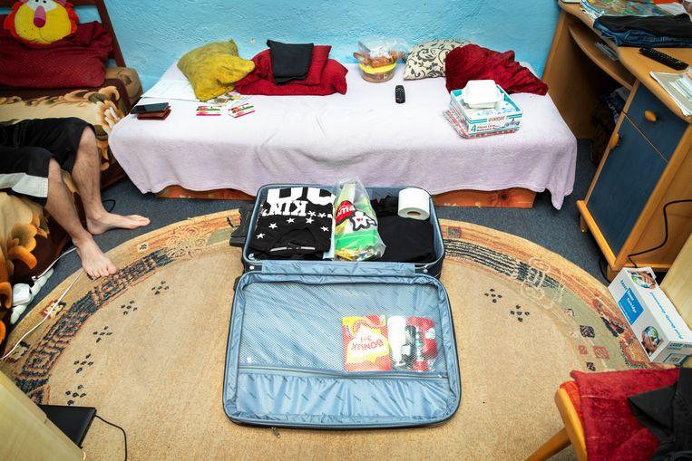 De ochtend van vertrek pakt Erik zijn koffer in onder begeleiding van zijn moeder Maria.   Beeld null