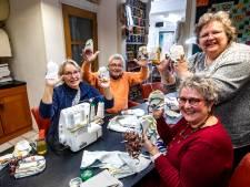 Deventer maakt massaal handschoentjes voor verbrande koala's in Australië