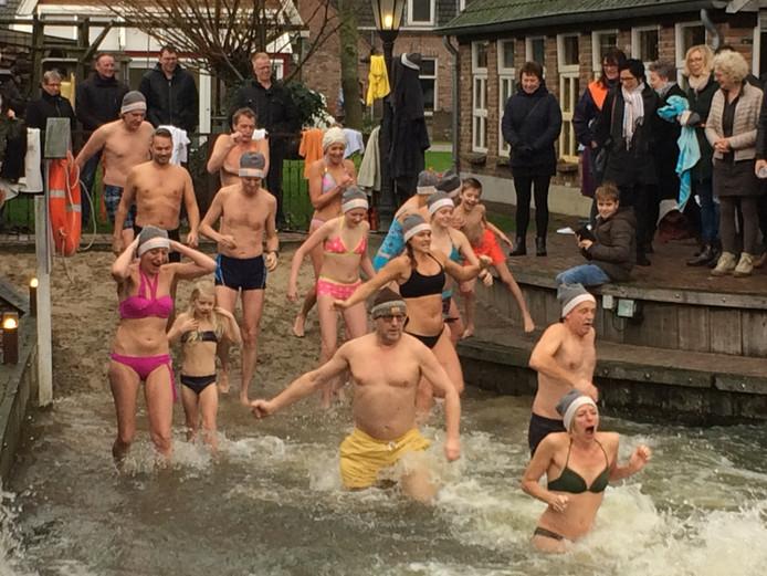 Ruim twintig duiklustigen gaan in Zijtaart te water in de zwemvijver van Inge van Liempd.