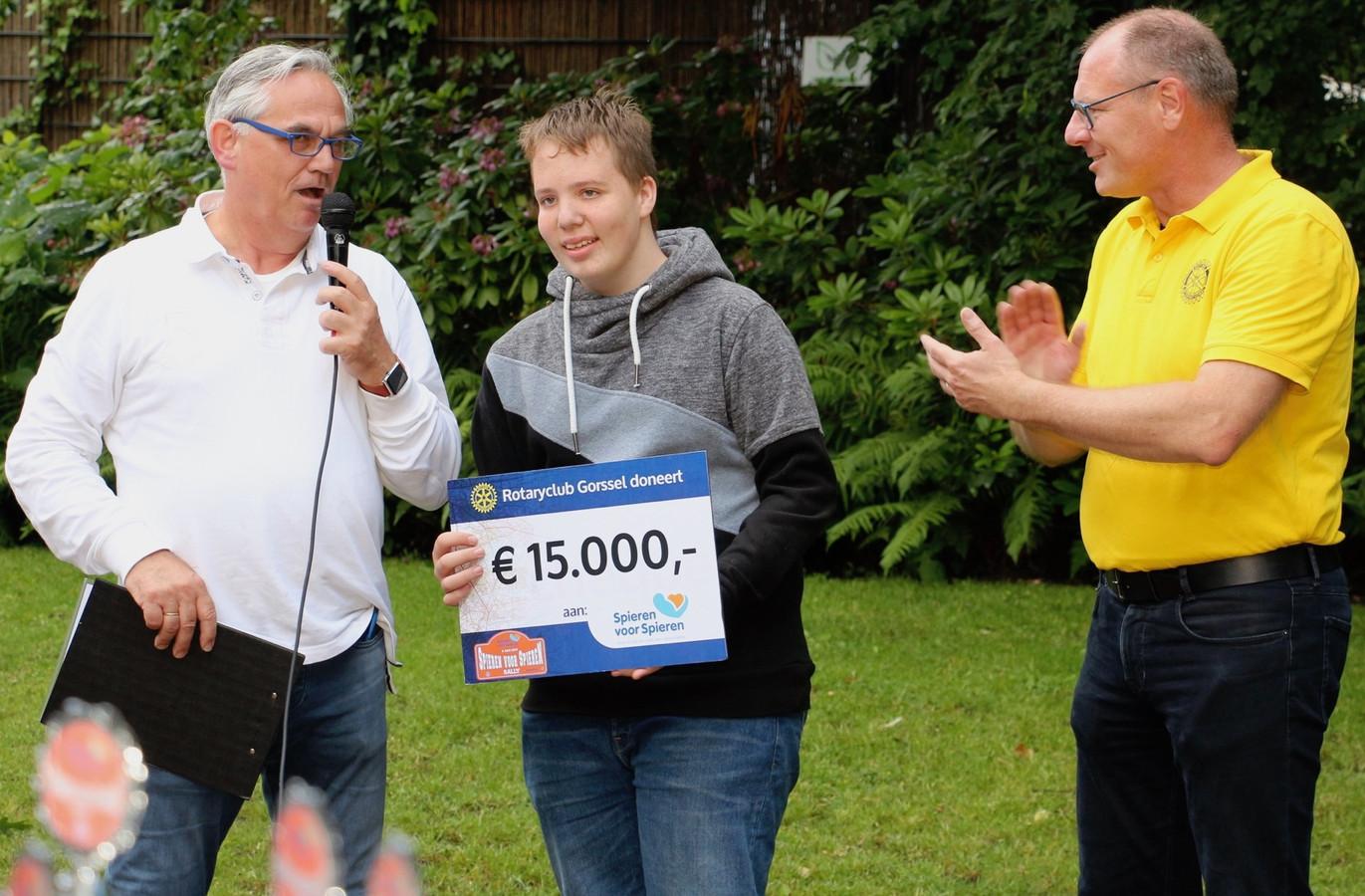Milan Altena (14) uit Zutphen, die zelf hinder ondervindt van de spierziekte FSHD, ontvangt de cheque van organisatoren Dietmar Serbee (rechts) en Arjen van der Sar van Rotary Gorssel.