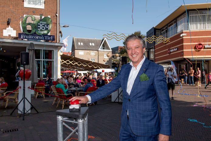 Burgemeester Hans Beenakker activeert de aftelklok richting het Fruitcorso 2021.