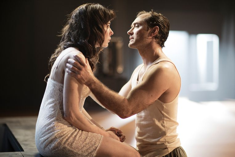Jude Law en Halina Reijn in Obsession Beeld jan versweyveld