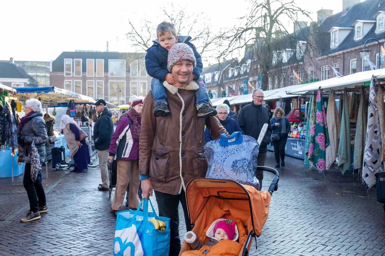 Janwillem Liebrand met zoontje Ignas op de nek en dochter Ruby in de kinderwagen.