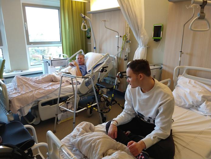 Oma Irene van 't Hoff (72)en haar kleinzoon Niels van der Giessen (21)liggen samen op één kamer in het ziekenhuis.