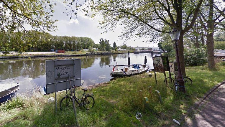 De locatie van de fiets- en voetgangersbrug met op de achtergrond de Willem I-sluis. Beeld Google Streetview