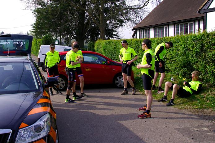 Het Juliana Bicycle Team houdt een korte rustpauze tijdens de eerste etappe van hun tocht van Londen naar Millingen aan de Rijn.