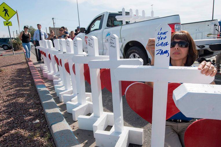 Op de plek van de aanslag in El Paso werden kruisen opgericht voor alle overleden slachtoffers. Beeld AFP