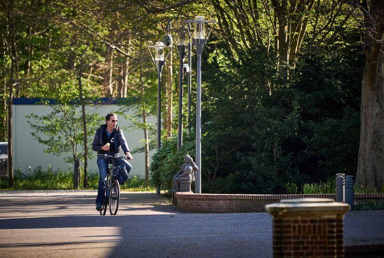 Premier Mark Rutte eet een appeltje terwijl hij te fiets aankomt op het Catshuis voor het wekelijkse coronaoverleg. Beeld EPA/Phil Nijhuis