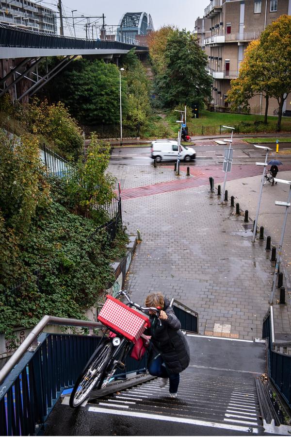 De groenstrook wordt een hellingbaan naar de fietsbrug.