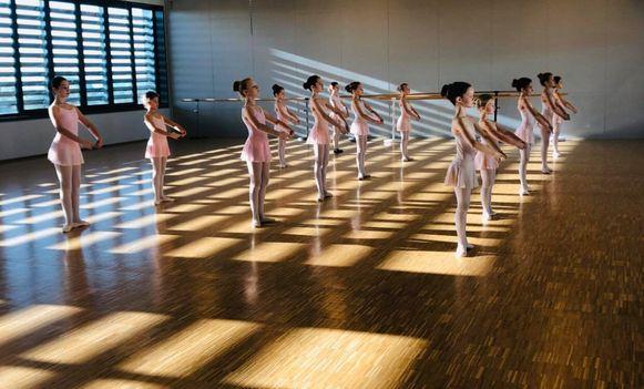 Indoor dansenlessen geven mag voorlopig niet, dus trekt de dansschool volgende week naar buiten.