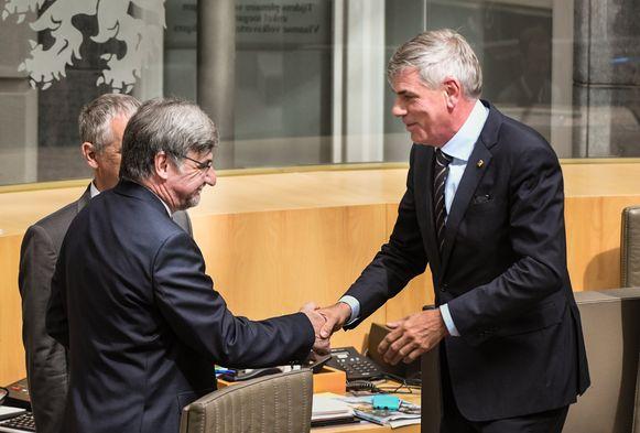 Filip Dewinter (Vlaams Belang, r.) neemt vandaag opnieuw tijdelijk de fakkel over van Wilfried Vandaele (N-VA, l.).