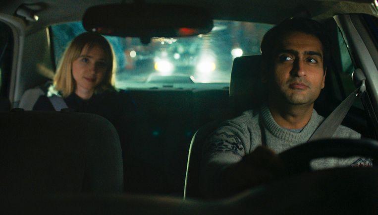 Kumail Nanjiani (rechts) enZoe Kazan (links) in een scène uit 'The Big Sick'.