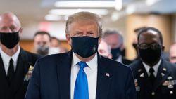 Trump draagt voor het eerst een mondmasker in het openbaar