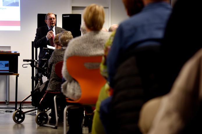 Oud-rechter Bert van 't Laar helpt namens ouderenbond KBO ouderen, zieken en gehandicapten die door bezuinigingen op huishoudelijke hulp in de knel komen. Hij staat ook de 63-jarige Eindhovense bij die haar kort geding tegen Eindhoven won.