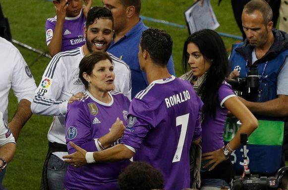 Cristiano Ronaldo wordt gefeliciteerd door mama Dolores.