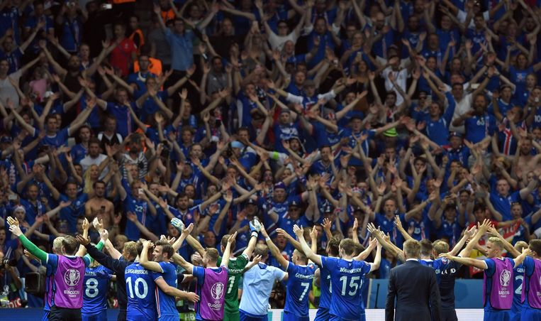 De spelers vieren de overwinning op Engeland met de fans. Beeld anp