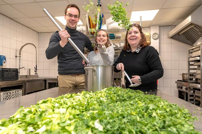 Maarten Rikken, Rosanne Langenberg en Charlotte Leijs (vlnr) zijn bezig met het kookboek Allef Gaar.