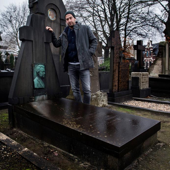 Michiel Corten bij zijn graf van zijn overgrootvader
