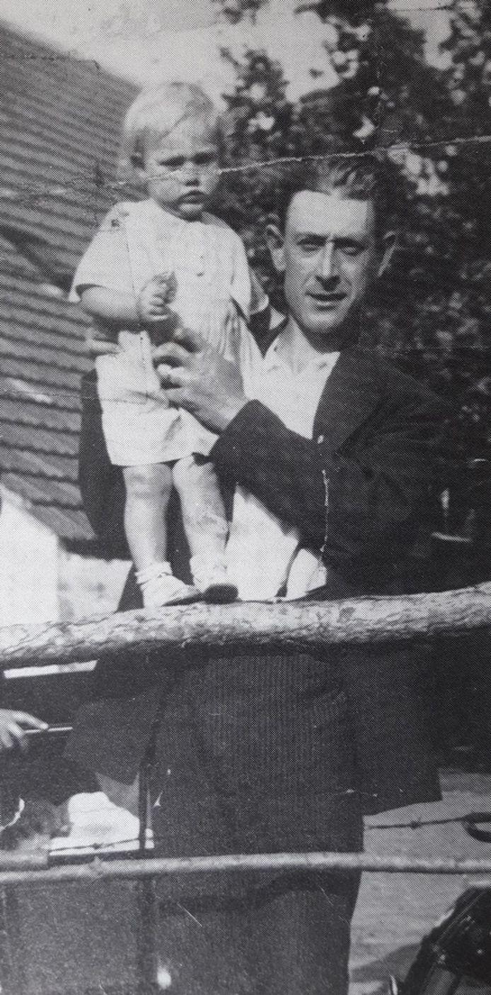 Piet Carton in 1934 met oudste dochter Riet (destijds 1,5 jaar).