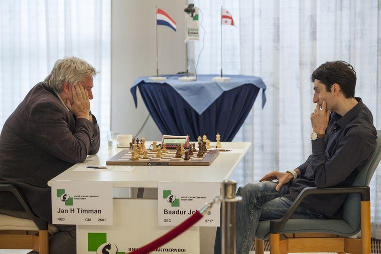 Baaduur Jobava (R) speelt met een polsbandje dat zijn hartslag meet tegen Jan Timman op het schaaktoernooi in Hoogeveen. Beeld Harry Cock / de Volkskrant