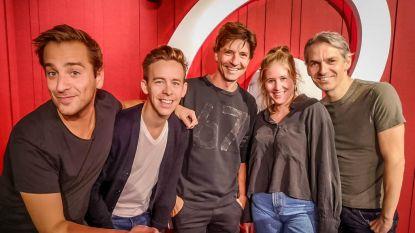 """""""Wie zet nu z'n wekker om 4 uur? Da's midden in de nacht!"""": Koen Wauters en Jonas Van Geel presenteren vandaag de ochtendshow op Qmusic"""