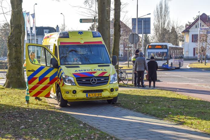 De fietser is met spoed per ambulance naar een ziekenhuis vervoerd.