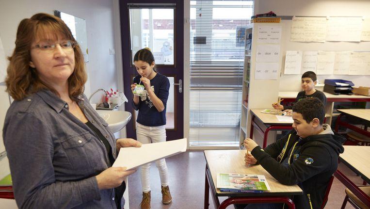 Een docent van de Prinses Marijkeschool met de opgaven van de Cito-toets. Beeld ANP