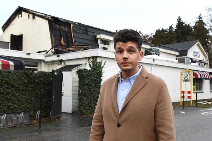 Eigenaar Maarten Meurs bij het door brand beschadigde restaurant.