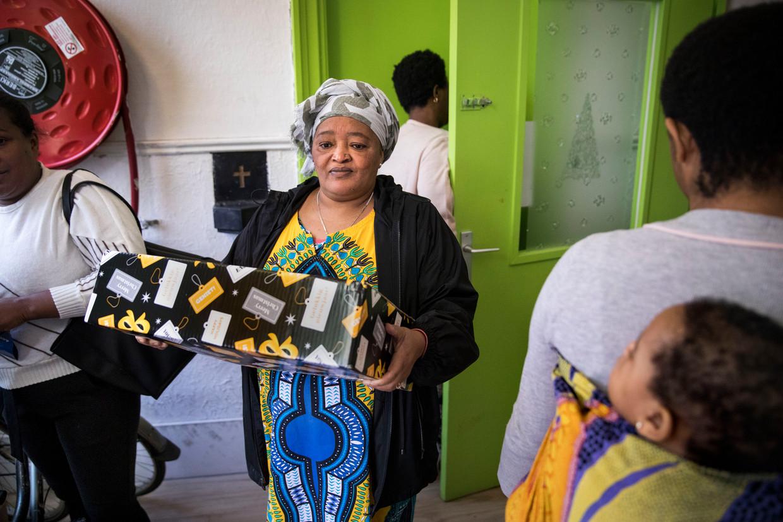 Mevrouw Zelek uit Eritrea krijgt een voedselpakket van het Rode Kruis.  Beeld Arie Kievit