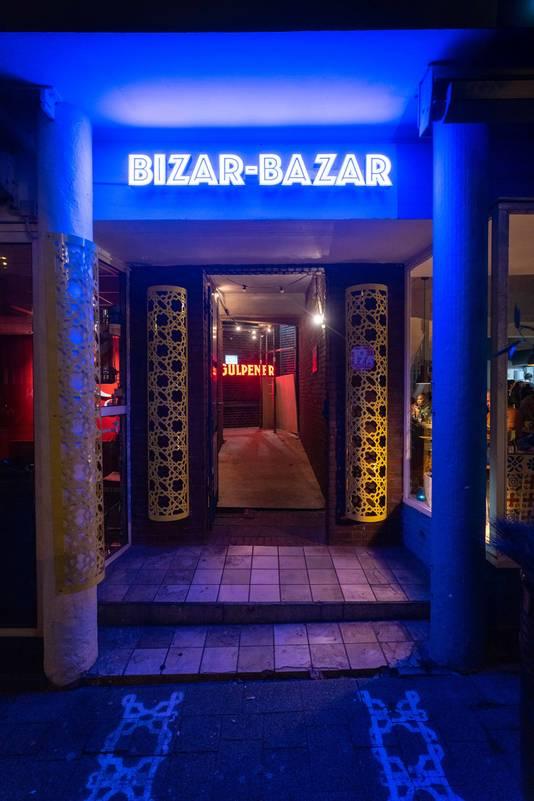 De ingang van Bizar-Bazar aan de Ir. J.P. van Muijlwijkstraat in Arnhem.