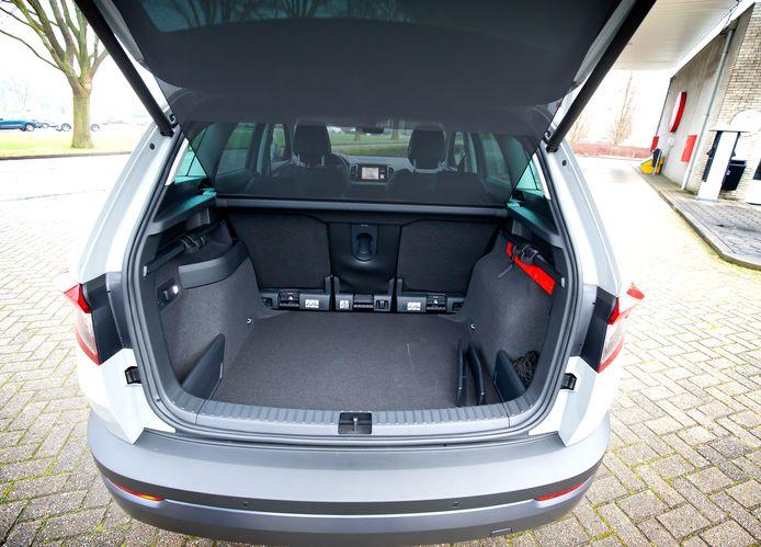 De bagageruimte heeft een afdekking die automatisch uit de weg gaat bij het openen van de achterklep.