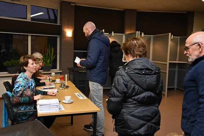 Op het Millse stembureau de Wester loopt het om acht uur al redelijk door.