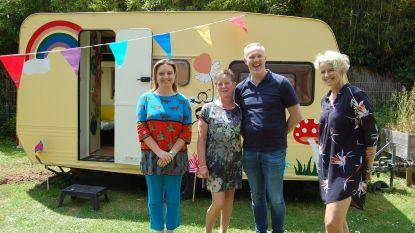 Juf Helga geeft kleutertjes les in omgebouwde caravan