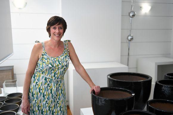 Verkoopster Annemie Kockaerts kan de klanten mooie kortingen aanbieden op glaswerk en potterie.
