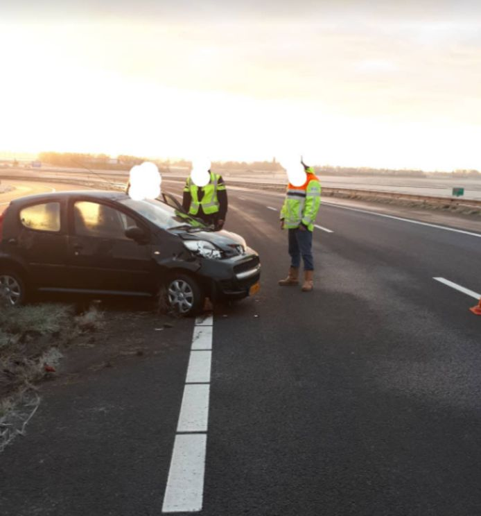 Een zwarte Peugeot raakte zwaar beschadigd in een bocht van knooppunt De Poel bij Goes.