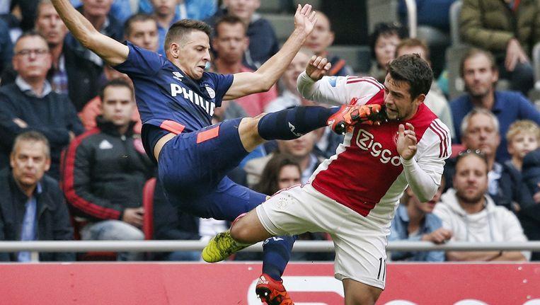 PSV- verdediger Santiago Arias in duel met Ajax-aanvaller Amin Younes. Beeld anp