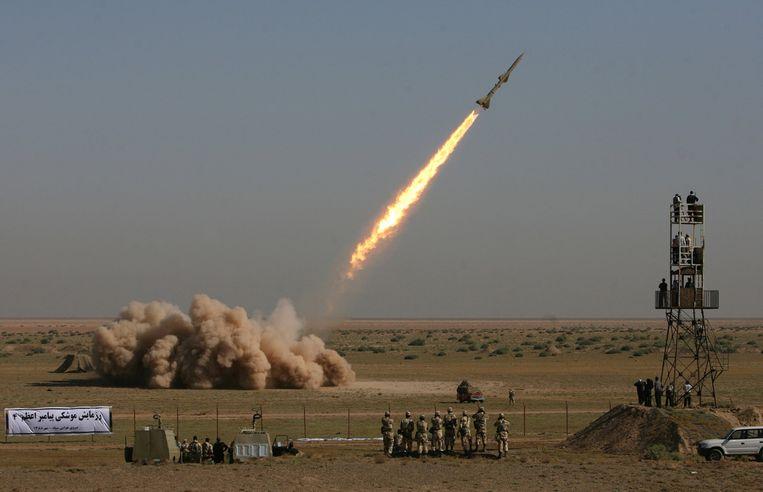 De lancering van een Iraanse Tondar-korteafstandsraket tijdens een militaire oefening ten zuiden van Teheran.  Beeld AFP