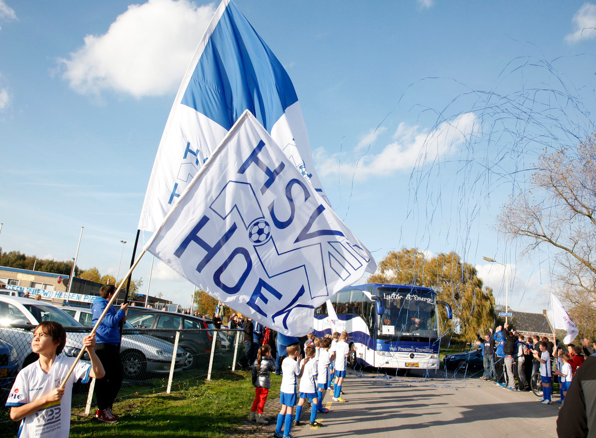 De spelersbus van Hoek wordt uitgeleide gedaan door supporters.