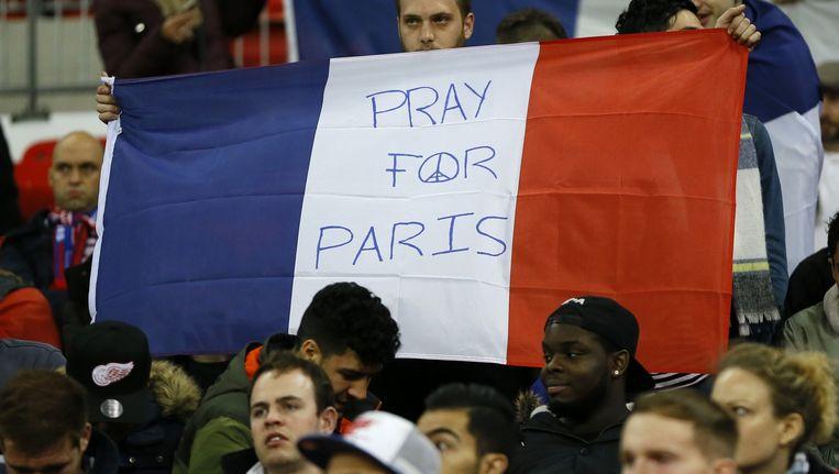 Beeld van de vriendschappelijke match tussen Engeland en Frankrijk, waar de minuut stilte in het hele stadion wel werd gerespecteerd en dus veel indruk maakte.