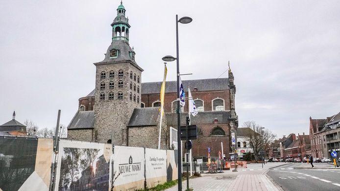 Aan het marktplein in Harelbeke botste de jongeman met zijn auto tegen werfsignalisatie.
