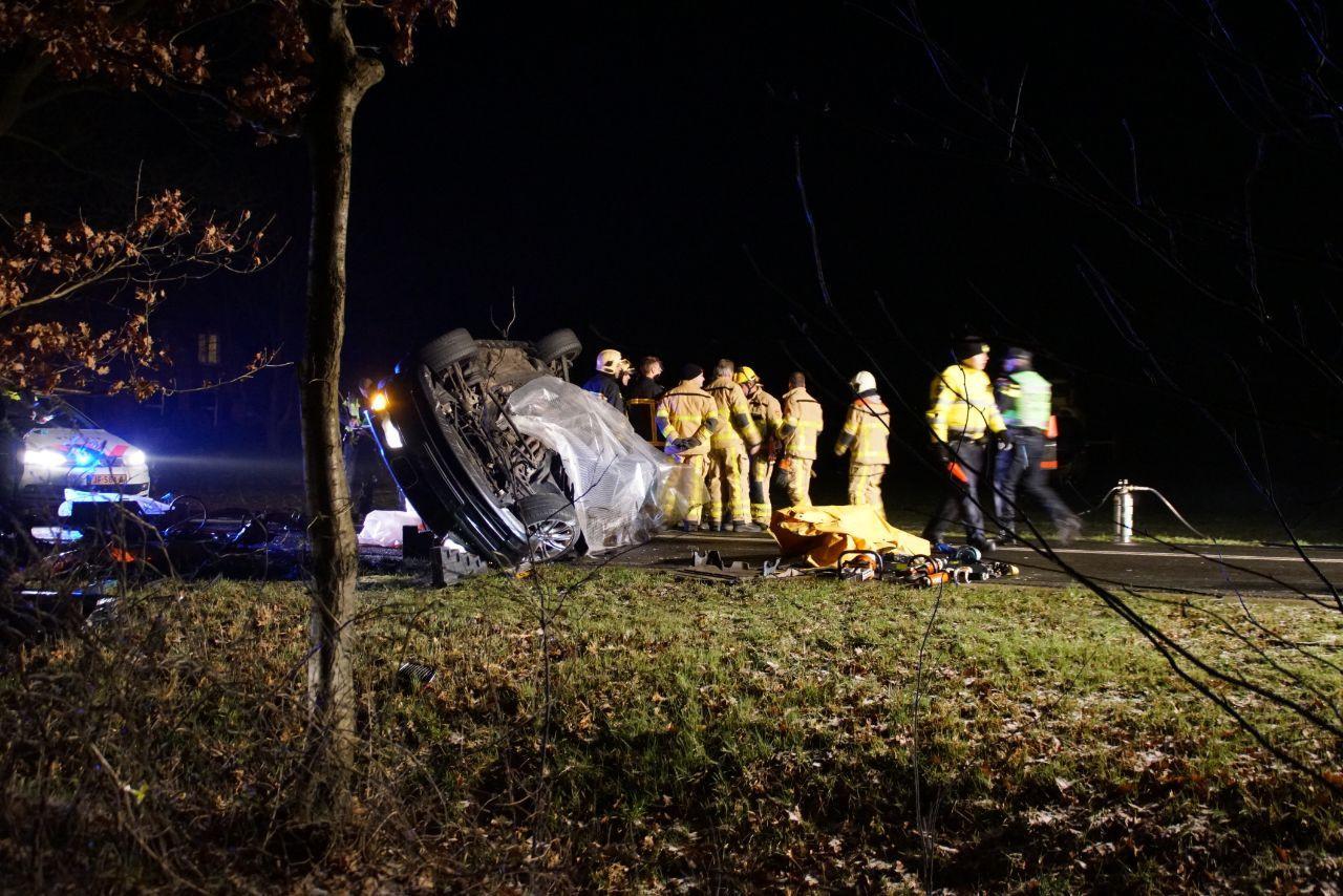 Bij het ernstige ongeluk belandde een van de auto's op de zijkant.