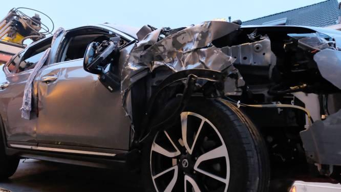 Auto over de kop: chauffeur gewond afgevoerd