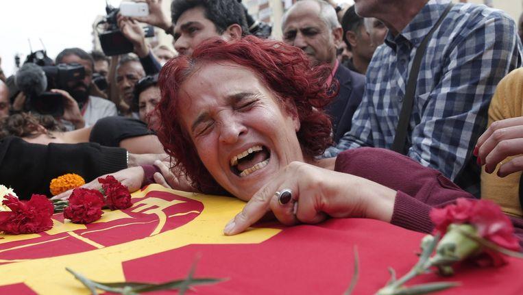 Nabestaanden van Korkmaz Tedik, die omkwam door de bommen in Ankara. Beeld EPA
