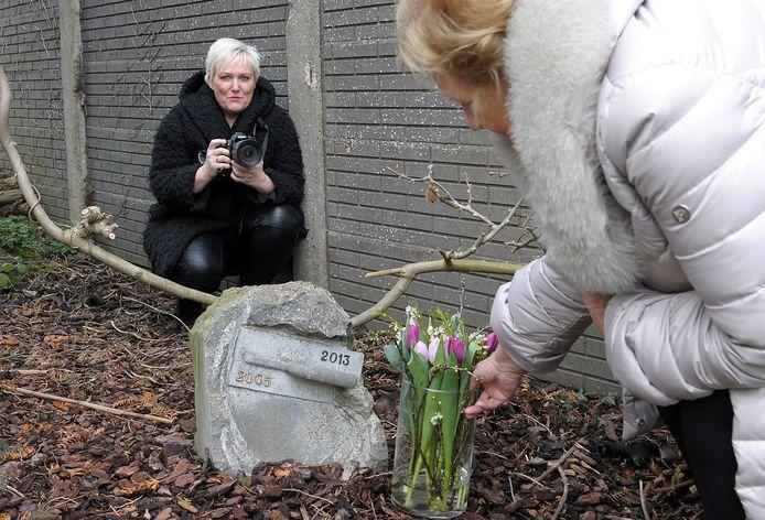 Ilja Verstraten, afscheidsfotografe uit Westdorpe legt een van de belangrijkste momenten van een leven, het einde, voor de nabestaanden vast.